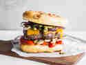 Focaccia-Burger mit Pesto und Grillgemüse