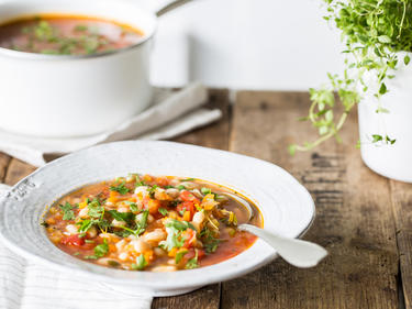 Schnelle Tomaten-Bohnen-Suppe in Teller serviert