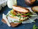BLT-Sandwich mit Avocado und Lachs
