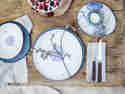 Tradition und Moderne: Blau-weiße Nostalgie auf deinem Tisch.