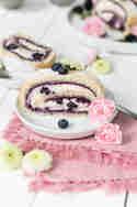Brombeer-Blaubeer-Biskuitrolle © Foodistas