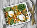 Möhren-Kartoffel-Blech mit pochiertem Ei und Spinat