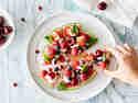 Wassermelonen-Pizza mit griechischem Joghurt und Früchten