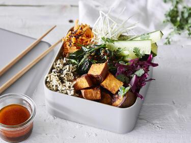 Buddha Veggie Bowl in Lunchbox serviert