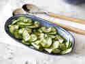 Einfacher Gurkensalat mit Essig und Öl