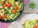 Zucchini-Nudeln mit Garnelen und Cherry-Tomaten