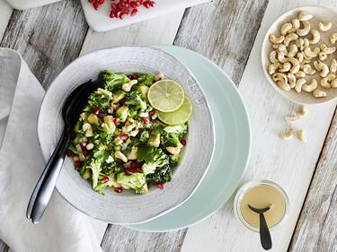 Veganer Brokkolisalat mit Tahini-Dressing