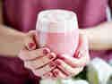 Rose-Latte mit Himbeeren