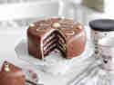 Schokotorte mit Schokoladenfondant und weißer Ganache
