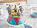 Vorallem Geburtstagstorten für Kinder wie diese Zirkustorte profitieren von süßen Fondantfiguren.