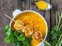 Moehren-Zitronengras-Suppe-mit-Kokosgarnelen
