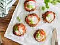 Röstitaler mit Tomate-Mozzarella überbacken