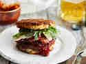 Rösti-Burger-Sandwich mit Pflaumensauce