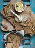 Roggen-Knäckebrot mit Käse, Sesam und Kürbiskernen ©S-Küche