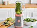 Der Mini-Standmixer passt in jede Küche und sorgt für Smoothie-Power to go.