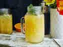 Orangen-Ingwer-Eistee in Glas mit Minze serviert