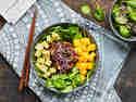Miso-Hähnchen mit Sesam-Spinat-Salat und Mango