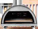 Der Outdoor Pizzaofen sorgt nicht nur für knusprige Pizza, sondern dank Befeuerung mit Holzkohle auch für rustikales Aroma.
