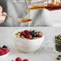 Joghurt mit Beeren, Nüssen & Co. aufpeppen.
