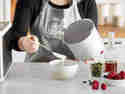 Joghurt in ein luftdichtes Gefäß oder zum direkten Verzehr in eine Schüssel geben.