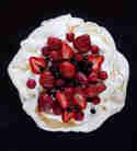 Pavlova mit Erdbeeren, Himbeeren und Blaubeeren © Berliner Küche