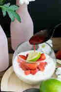 Limettenmousse mit karamellisierten Erdbeeren © Foodistas
