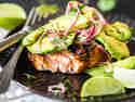 Gegrillter Lachs mit Avocado-Salsa
