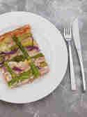 Pizza mit grünem Spargel und Kräuter-Frischkäsecreme © Wallygusto