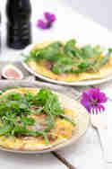 Pizza mit gelber Tomatensauce, Serrano, Feigen und Rucola © Tulpentag