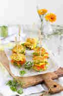 Mini Rösti-Burger mit Lachs, Mango & Meerrettich-Guacamole © Hase im Glück