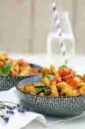 Vegetarischer Nudelsalat mit rotem Pesto © Tulpentag