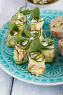 Zucchinirollen gefüllt mit Ziegenkäse, gegrillter Paprika, Minze und Rucola © Feed me up before you go-go