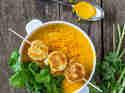 Möhren-Zitronengras-Suppe mit Kokosgarnelen