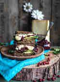 Bergkäse Sandwich mit Preiselbeer Rote Bete Chutney © S-Küche