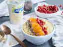 Frühstücksbowl mit Aprikose, Johannisbeeren und Mandeln