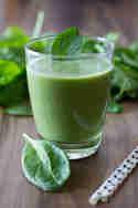 Grüner Smoothie mit Spinat, Datteln und Mandelmilch © Anne Klein | Frisch verliebt