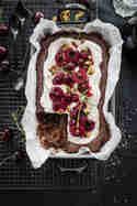 Black Forest Brownie mit Rosmarin-Portwein-Kirschen, Vanillecrème und gesalzenem Pistazienkrokant © trickytine