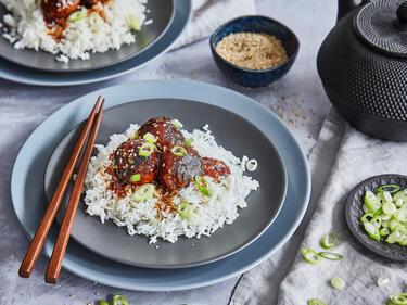 Vegetarische Bällchen aus Kidneybohnen in Teriyakisauce mit Reis