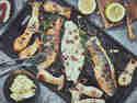 Gegrillter Wolfsbarsch mit Zitronen-Kardamom-Butter und gegrillten Kräuterseitlingen