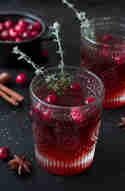 Weihnachtspunsch mit Cranberries und gezuckertem Thymian © monsieurmuffin