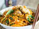 Asiatische Möhrennudelpfanne mit Hähnchen und Spinat