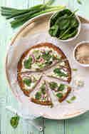 Blumenkohlpizza mit Babyspinat und Frischkäsecreme © Nicest Things