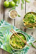 Zoodles mit Pak Choi, Erbsen und gebratenem Tofu © Nicest Things