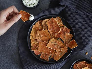 Selbstgemachte Chips aus Linsen und Tomaten