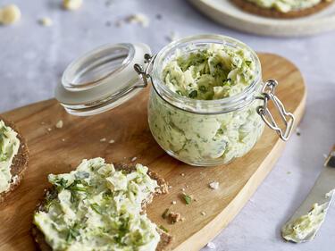 Bärlauchbutter mit Limette und Macadamia im Weckglas und auf ein Stück Brot geschmiert