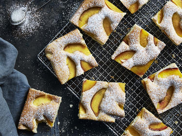Einfacher Blechkuchen mit Pfirsich