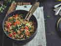 Couscoussalat mit gegrillter Zucchini in der Schüssel
