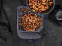 Mandeln im Mixer verarbeiten