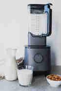 Selbstgemachte Mandelmilch aus dem Hochleistungsmixer Hanno © Eat Vegan