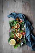 Bunter Halloumi-Salat mit Kapern und Zitronen-Chili-Dressing © Janine Hegendorf | Nuts and Blueberries